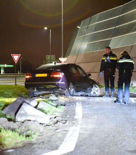 Auto crasht bij tankstation A27 bij Groenekan, bestuurder vlucht