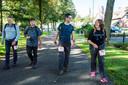 """Jasper Harthoorn (derde van links) met echtgenote Ans. Hun reactie aan het einde van de Kennedymars door de Langstraat: ,,We zijn heel blij dat we er zijn. De tocht was lang, met een parkoers dat niet overal even spannend is."""""""