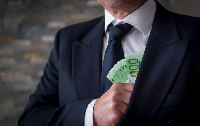 Rijke Belgen hebben jarenlang tientallen miljoenen euro's zwart geld kunnen verbergen voor de Belgische Belastingdienst via het netwerk van een Belgische prins.