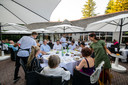 Diner op het terras bij Fizzy in Epe. Gastvrouw Yasmina El Azzouzi (rechts) zet samen met het keukenteam gerechten in op tafel.