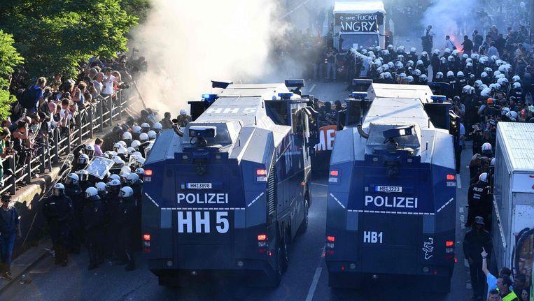 De politie zet waterkanonnen in tegen betogers Beeld afp