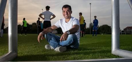 Abdullah is allang blij met een bal