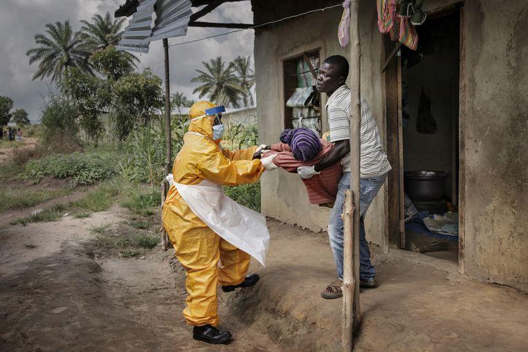 Een slachtoffer van het ebola-virus in Sierra Leone. Beeld Mads Nissen/ Scanpix/ Panos Pictures