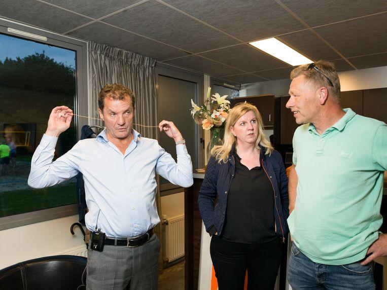 John de Bever (links) vlak voor zijn optreden op een voetbalclub in Loosdrecht. Beeld null
