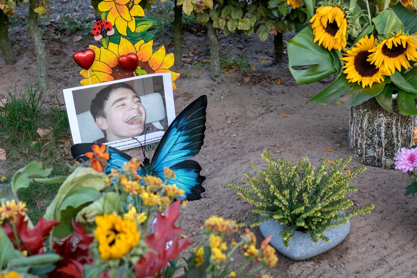 Het graf van Paul van Dongen met een foto en een noodkreet om een einde te maken aan de diefstallen.