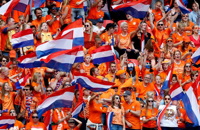 Fans van Oranje in Valenciennens bij de poulewedstrijd tegen Kameroen.