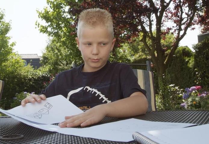 Gijs Heinink kampte met dyslexie en leerproblemen. Via de MatriXmethode werkt hij daar aan. De bedenkster, de Apeldoornse Ingrid Stoop, heeft de essentie van de methode vervat in een boekje. foto Bob Bakker