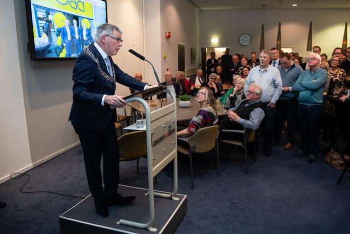 Burgemeester Henk Robben spreekt de vele aanwezigen toe tijdens de Wierdense nieuwjaarsreceptie.