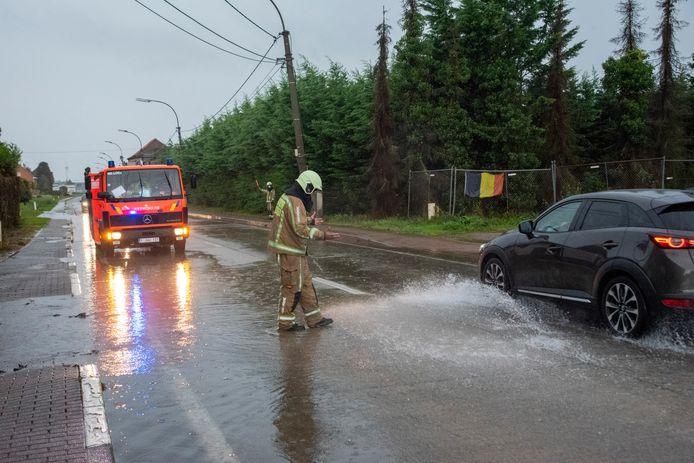 De Kwatrechtsteenweg in Wetteren liep onder water.