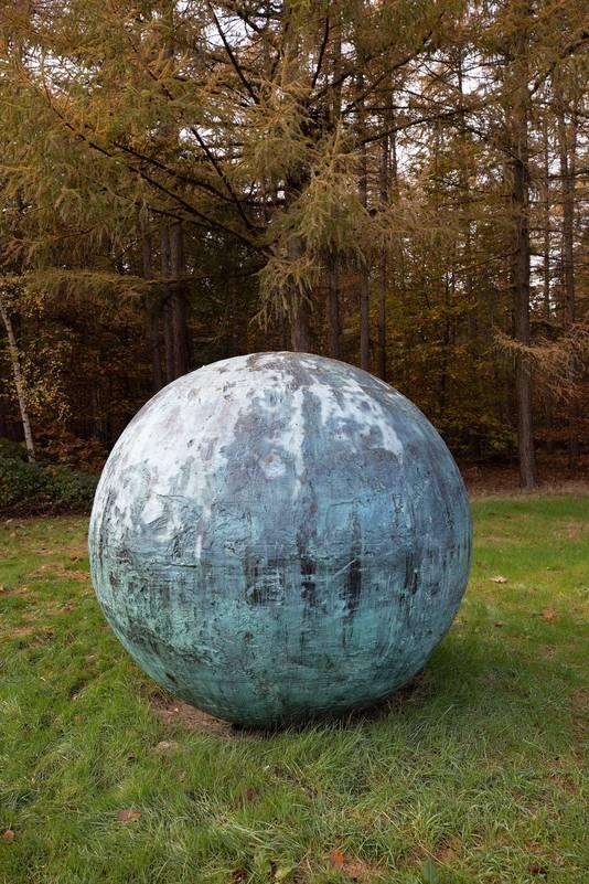 De ruwe bol, die samen met de halve globe en de letter E het kunstwerk van Marc Ruygrok compleet maakt.