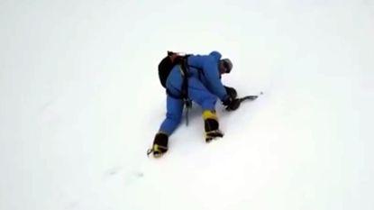 Doodgewaande bergbeklimmer gered door drone
