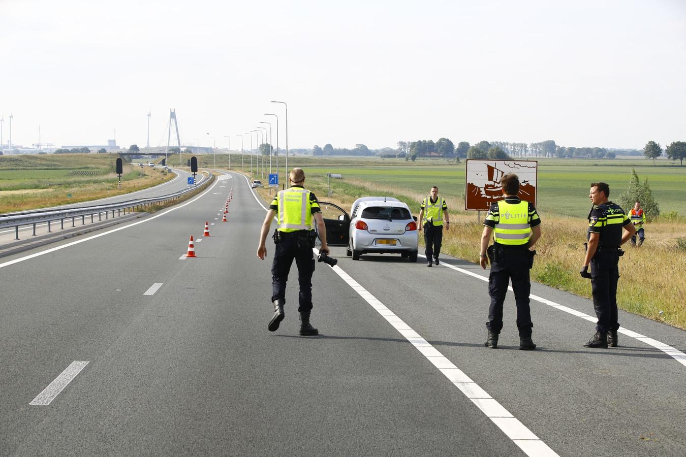 Politie-onderzoek op de N50 vlakbij de Ramspolbrug, vanochtend, na een dodelijk ongeval.