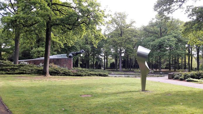 Het Stadswandelpark in Eindhoven met een van de beelden én het Radiomonument (achtergrond).