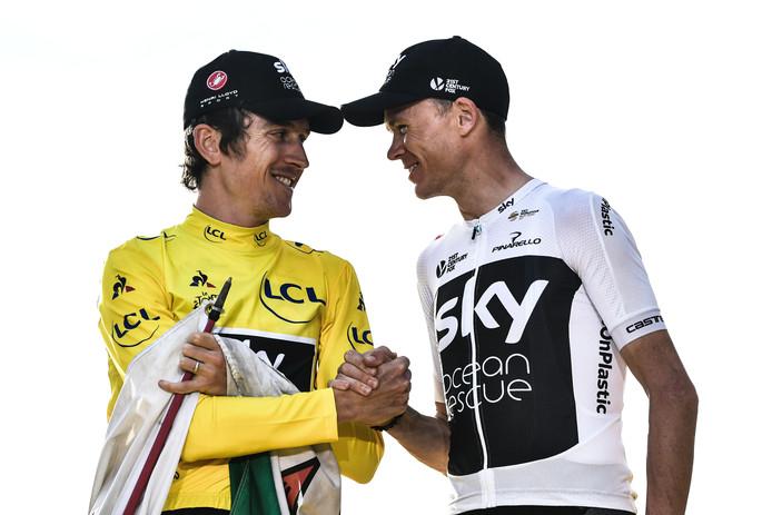 Chris Froome feliciteert Geraint Thomas (l) met diens eindzege in de Tour vorig jaar.