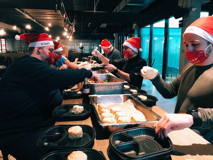 In De Looyerij maakt een team vrijwilligers de maaltijden klaar.