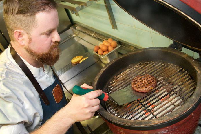 Laurens Craane bakt een hamburger.