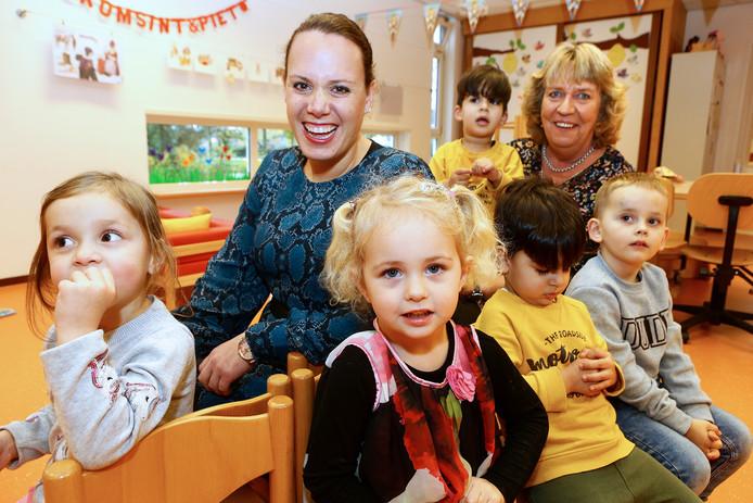 Trudy van Dalen (rechts) was ruim 25 jaar het boegbeeld van de kinderopvang in Leerdam en is nu met pensioen. Lisanne Croes is haar opvolgster.
