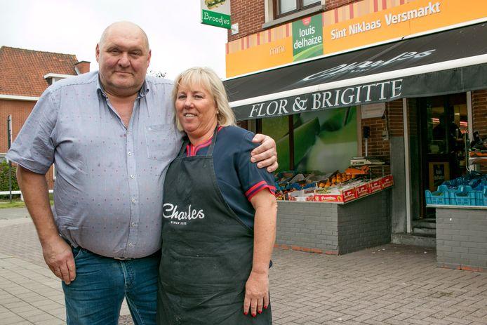 """Flor Tilleman en Brigitte De Cock bij hun buurtwinkel aan de Lepelhoekstraat, die al 35 jaar bestaat: """"Ons verhaal houdt hier op. We gaan op zoek naar een overnemer."""""""
