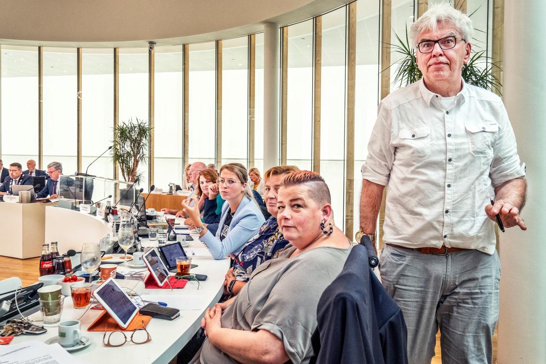 Een van de hoofdrolspelers in het debat over de komst van een islamitische school in Naaldwijk, Peter Duijsens (staand) van Westland Verstandig. Beeld Raymond Rutting / de Volkskrant
