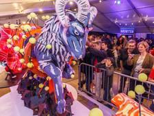 Presentatie praalwagens corso Vollenhove tijdens vrijmarkt