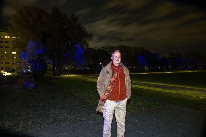 Ecoloog Evert Ruiter legt tijdens een wandeling door Park de Wezenlanden uit waarom duisternis van groot belang is voor de natuur.