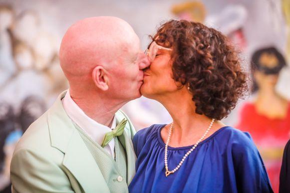 Het gelukkige koppel eindigt de ceremonie met een kus.