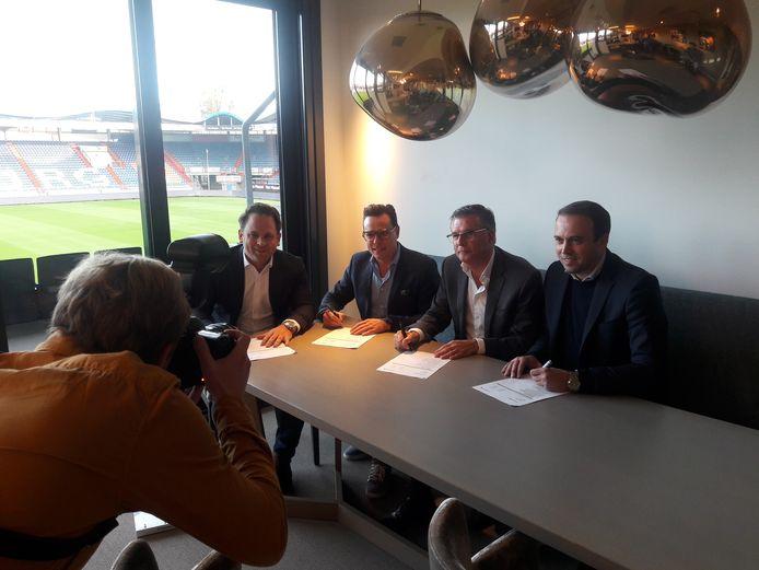 De ondertekening van het contract van Willem II met First Impression, met van links naar rechts Stefano Fadda en Ron Haans van First Impression en Martin van Geel en Joris Mathijsen van Willem II.
