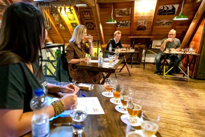 Madeleine van Toorenburg proeft een Brabants bier, geflankeerd door (vlnr) juryleden Boukje Koop, Remco Bekkers en Gijs Hartman.