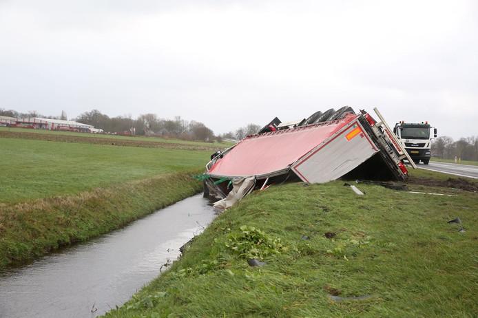 Vrachtwagen in de sloot op de N36 bij Vriezenveen. De bestuurder kwam met de schrik vrij.