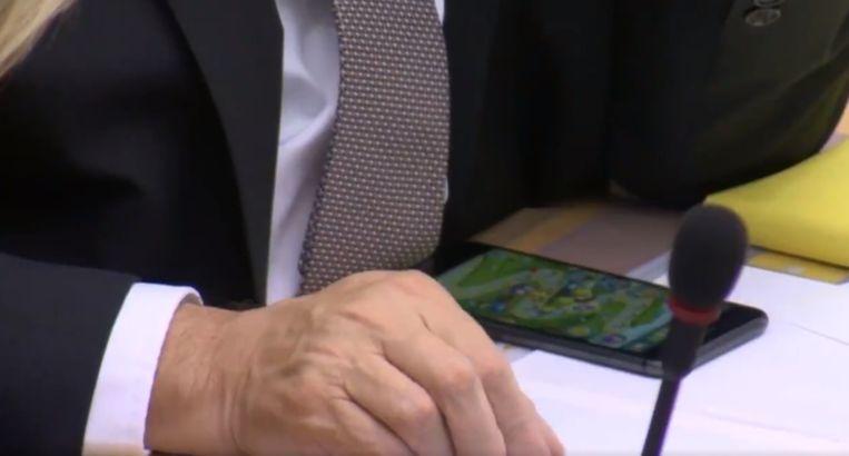 Jambon speelt Angry Birds tijdens debat.