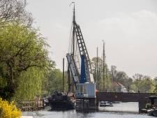 Urenlange vertraging nadat tweemasters Vreelandbrug rammen