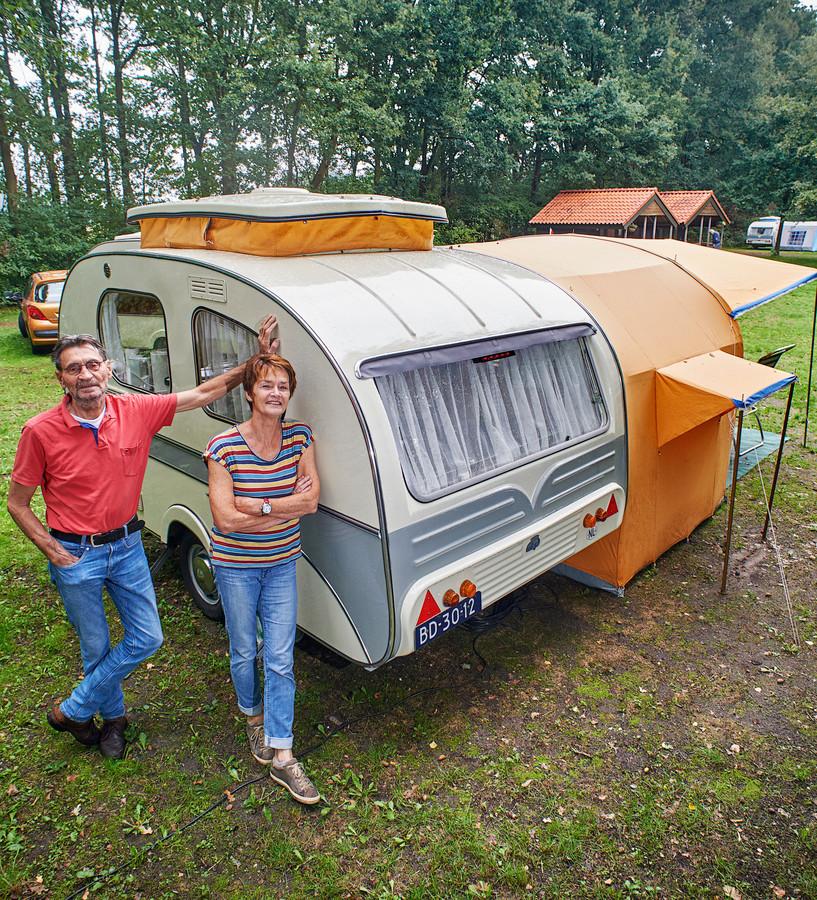 Piet- en Trudy van der Ven uit Zeeland met hun Mostard Yvonne caravan op camping Hartje Groen in Schaijk.