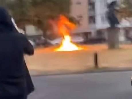 ME rijdt met serie bussen onrustig Kanaleneiland in: autobrand, vuurwerkbom en vernielingen