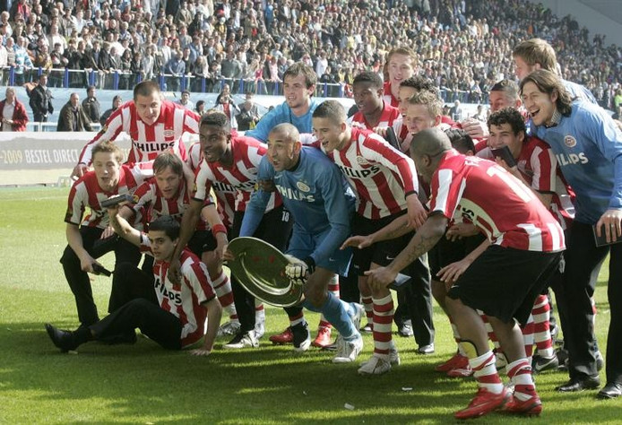 Op het veld van Vitesse viert PSV de 21ste landstitel. foto Irene Wouters ;Vlado Lemic. foto John Claessens ;Supporters van PSV uiten hun ongenoegen aan de toegangspoort van de oosttribune.