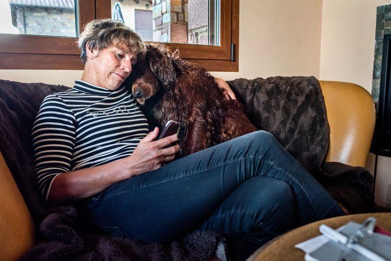 Christien van den Berg en haar hond. Beeld Simon Lenskens
