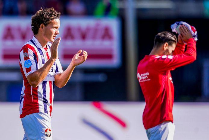Jop van der Avert (links) en Görkem Saglam bedanken de Willem II-fans na de 4-0-overwinning op Heracles.
