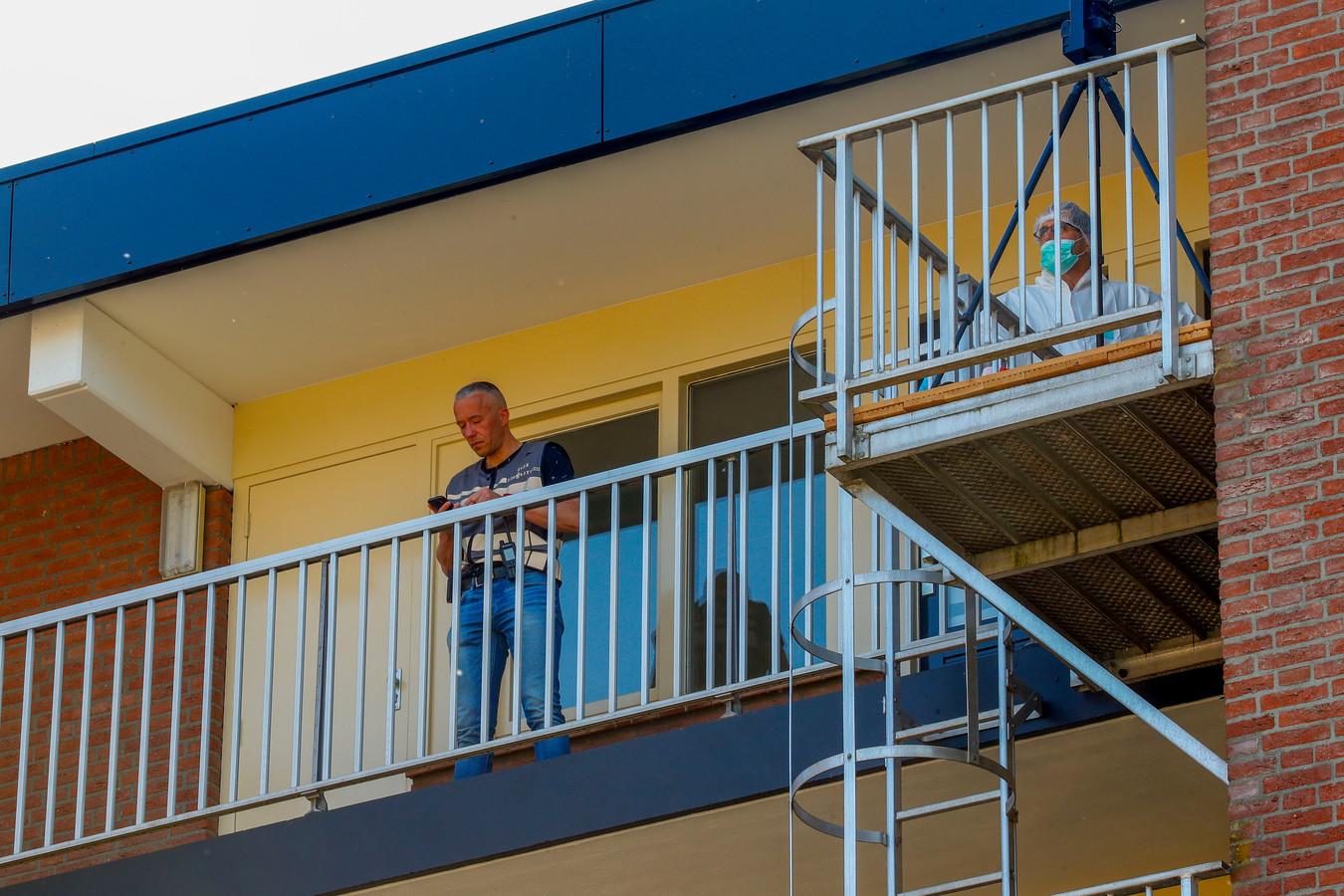 Politie is bezig met onderzoek in een Eindhovense flat waar een man zijn moeder heeft doodgestoken.