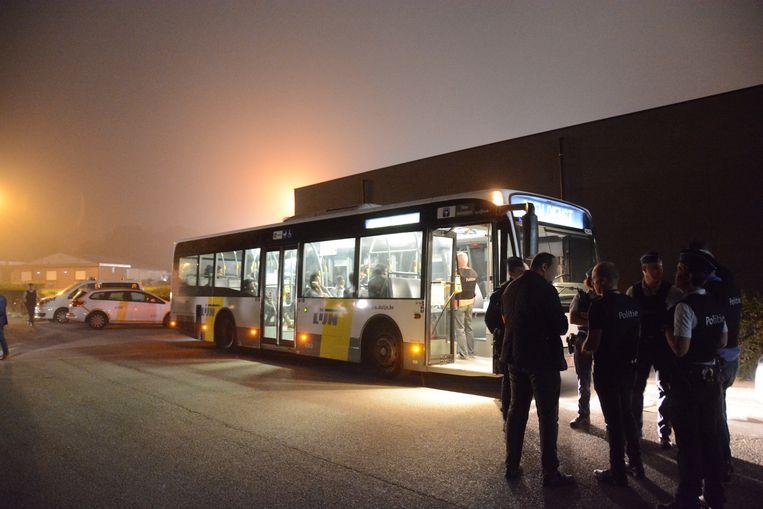 De politie controleert regelmatig bussen in Kruibeke omdat transmigranten die gebruiken om van en naar de snelwegparking te pendelen.