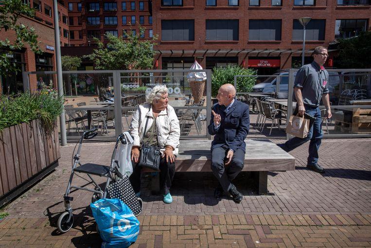 John Latten in Den Haag in gesprek met een inwoonster. Beeld Werry Crone
