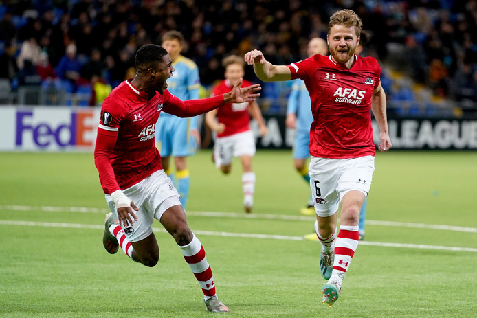 Fredrik Midtsjø viert de 0-2 met Myron Boadu, die zelf twee keer scoorde.