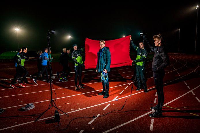 Atleet Jippe Lasschuijt (derde van rechts) op de atletiekbaan bij AV'34 in het Orderbos. De 19-jarige Apeldoorner is 800-meterloper en model.