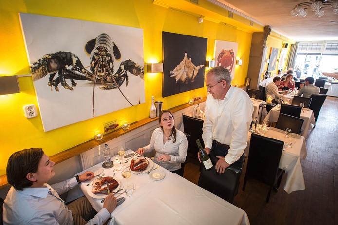 Eigenaar Richard van Velzen in gesprek in zijn visrestaurant Blini op de Ginnekenweg.