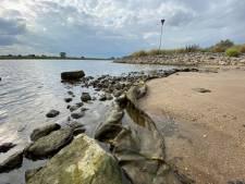 Veroorzaakt loslatende oeverbescherming IJssel vervuiling met plastic? 'Ik hoop dat hier oog voor is'