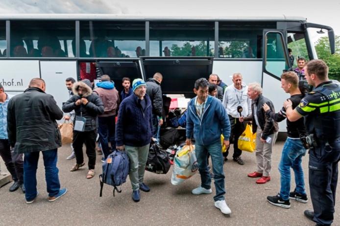 Asielzoekers komen aan bij de opvanglocatie in Rosmalen.