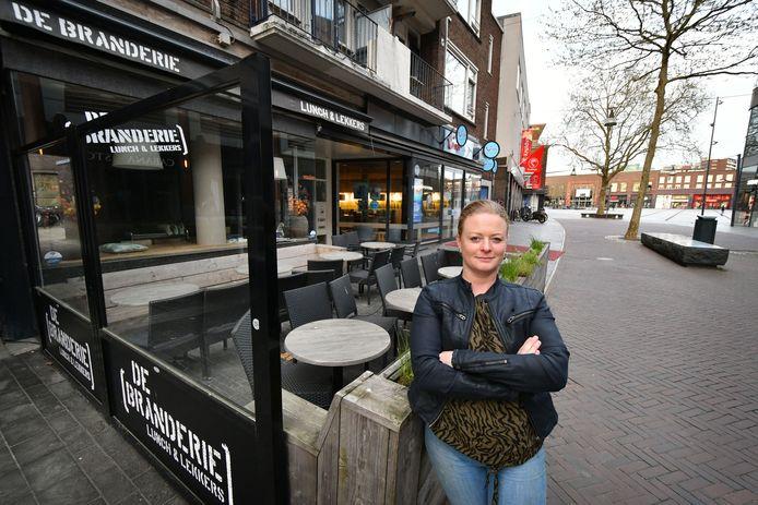 Nicole Brinks is eigenaresse van De Branderie, een lunchroom in Enschede. Ze heeft gedonder gehad met de boa's van de gemeente over openingstijden.