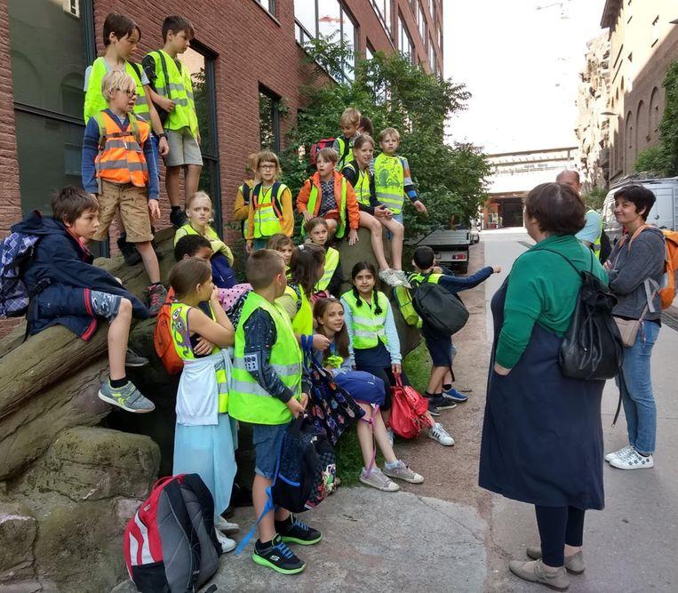 In de Antwerpse stationsbuurt kregen de leerlingen een woordje uitleg
