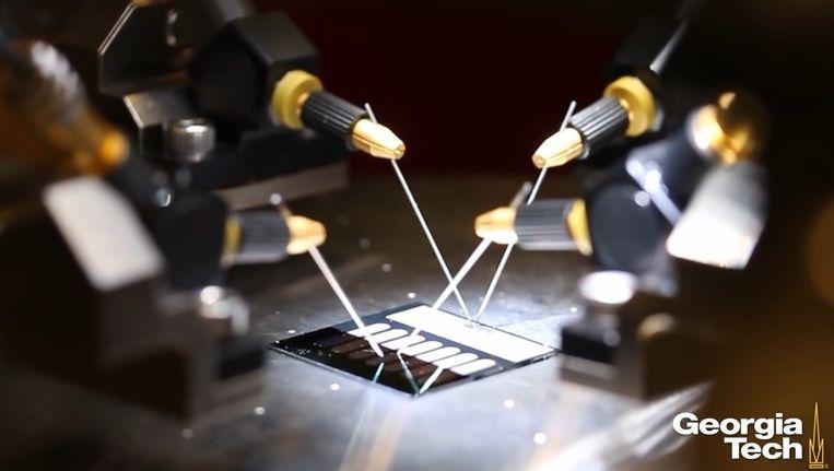 Testopstelling van de rectenna-zonnecel die tot zeer efficiënte en tegelijk goedkope zonnecellen moet leiden. Beeld Georgia Tech