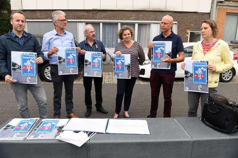 De affiche die gebruikt zal worden in de campagne om het gemotoriseerd verkeer te verminderen wordt voorgesteld.