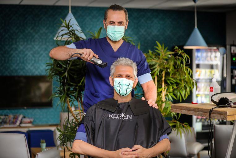 Dr. Jalil scheert de haren van zijn collega Pascal Vranckx.