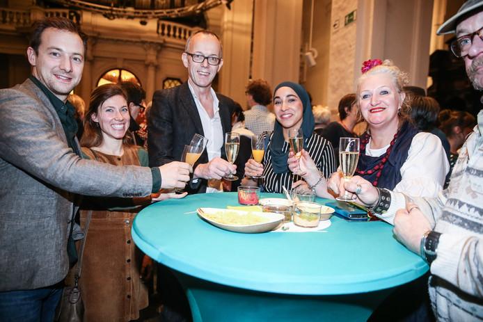 Filip Watteeuw en Hafsa El-Bazioui heffen het glas met Marleen Gavel (rechts) die haar 'mooiste nieuwjaarsgroet' nog eens overdeed op de nieuwjaarsreceptie van Groen.